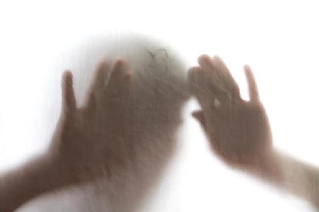 Mężczyzna stojący za matowego szkła