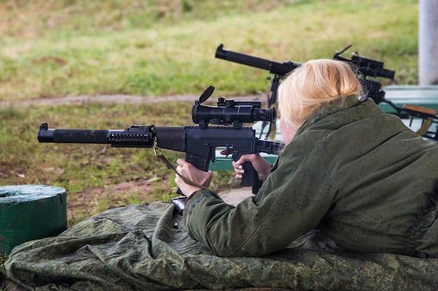 Mężczyzna strzelający do celu na nieformalnej strzelnicy