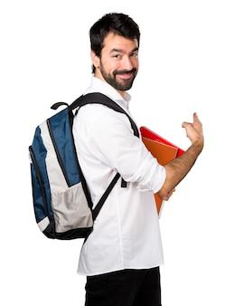 Mężczyzna studenta wskazującego z powrotem