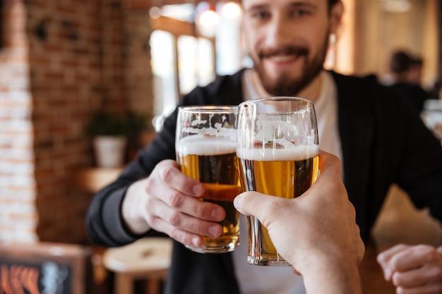 Mężczyzna szczęk okulary z przyjacielem w barze