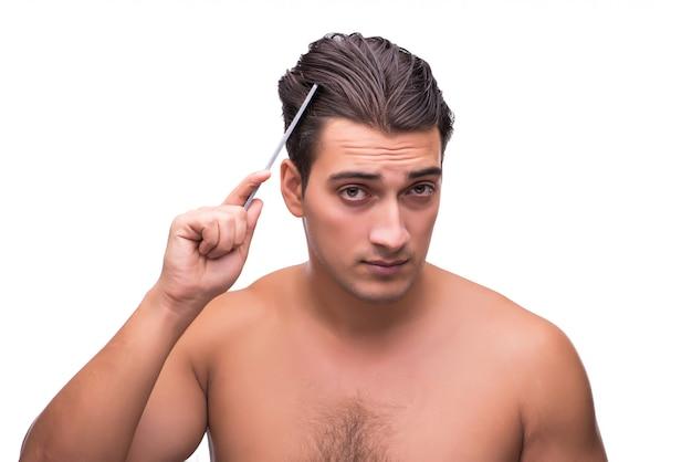 Mężczyzna szczotkuje jego włosy odizolowywających na bielu