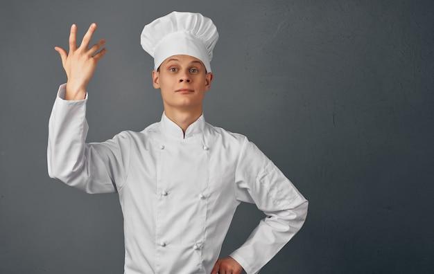 Mężczyzna szef kuchni gotuje jedzenie gesty rąk restauracja usługi przygotowywania posiłków