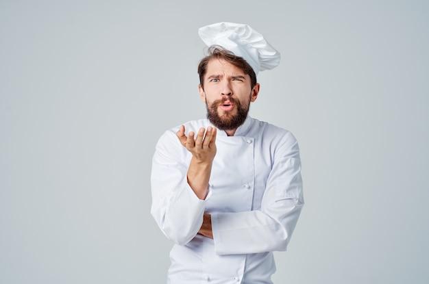 Mężczyzna szef kuchni jednolite gotowanie emocji pozowanie studio
