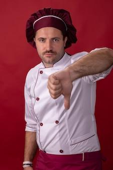 Mężczyzna szef kuchni pokazuje kciuk w dół znak