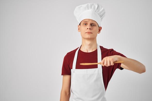 Mężczyzna szef kuchni ubrany w biały fartuch naczynia kuchenne restauracja?