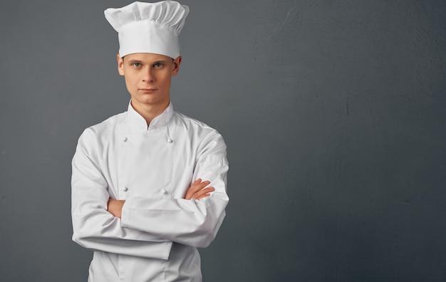Mężczyzna szefa kuchni gotuje jedzenie gesty rąk restauracja usługi przygotowywania posiłków