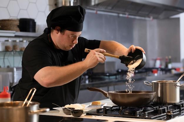 Mężczyzna szefa kuchni w kuchni do gotowania