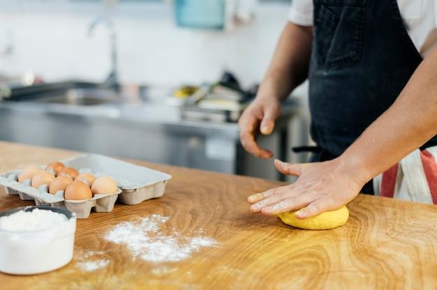 Mężczyzna szefa kuchni wyrabiania ciasta makaronowego