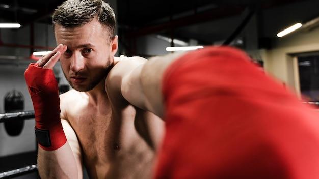 Mężczyzna szkolenie w bokserskiego pierścionku zakończeniu