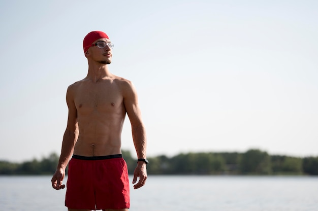 Mężczyzna szuka drogi w pobliżu jeziora