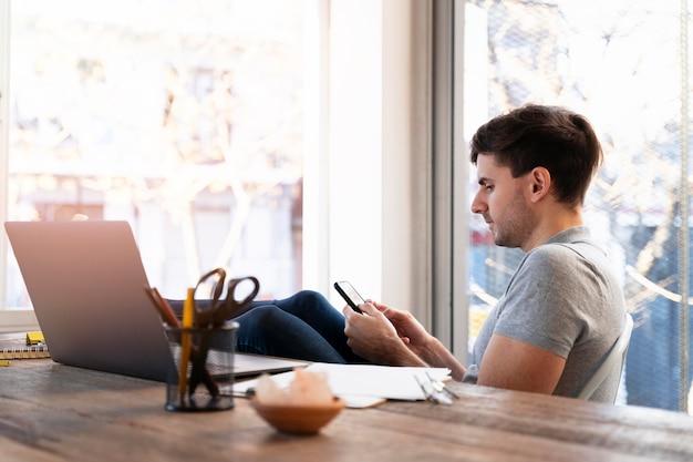 Mężczyzna szuka w internecie ofert pracy dla freelancerów