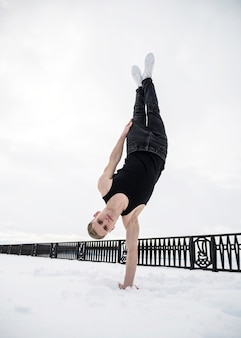 Mężczyzna tancerz hip-hopu stojący z jednej strony