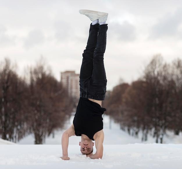 Mężczyzna tancerz stojący na głowie