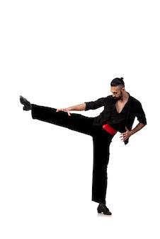 Mężczyzna tancerz tanczy hiszpańskich tanów odizolowywających