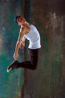 Mężczyzna tańczący choreografię hip-hopową