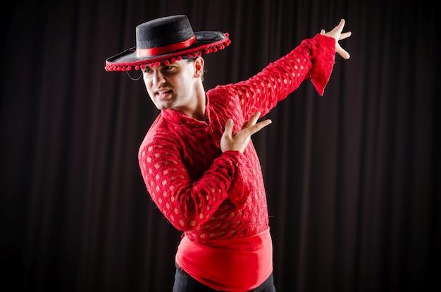 Mężczyzna tańczy hiszpański taniec w czerwonej odzieży