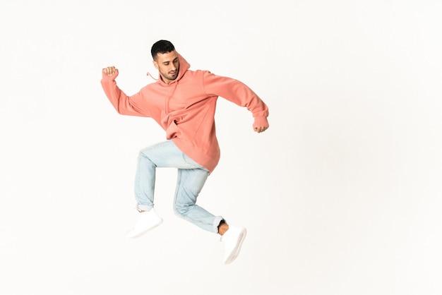 Mężczyzna tańczy styl tańca ulicznego