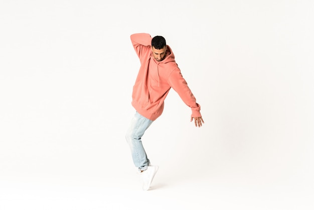 Mężczyzna tanczy ulicznego tana styl nad odosobnionym bielem