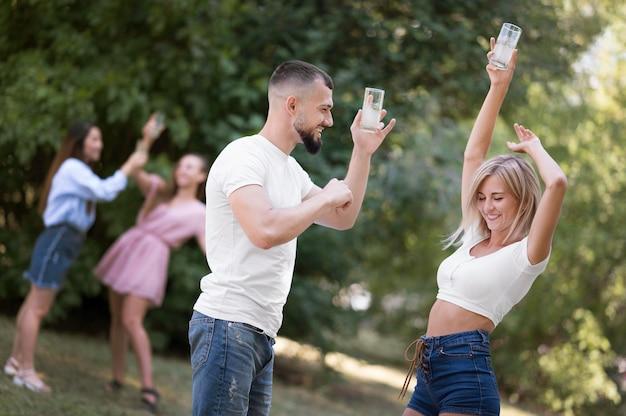 Mężczyzna tańczy z piękną kobietą na zewnątrz