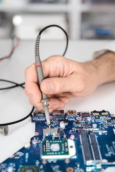 Mężczyzna tech testuje sprzęt elektroniczny