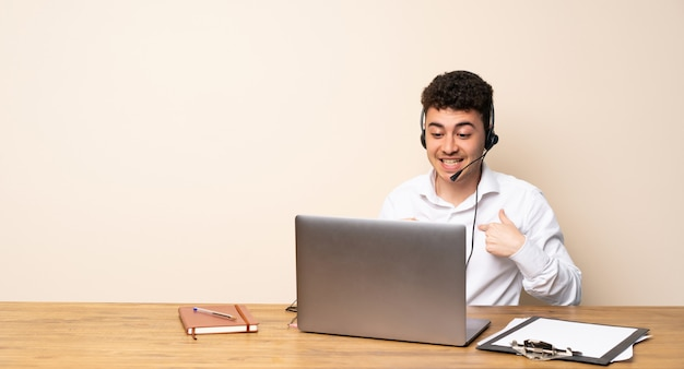Mężczyzna telemarketer z niespodzianką wyraz twarzy