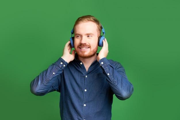 Mężczyzna testujący nowe słuchawki