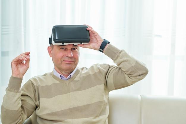 Mężczyzna testujący okulary wirtualnej rzeczywistości
