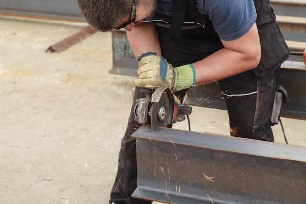 Mężczyzna tnie elastyczne produkty ze stali