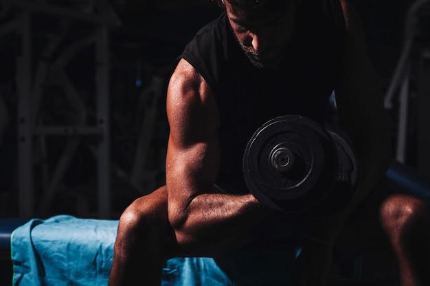 Mężczyzna trenuje w gym