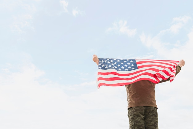 Mężczyzna trzyma amerykańską flagę