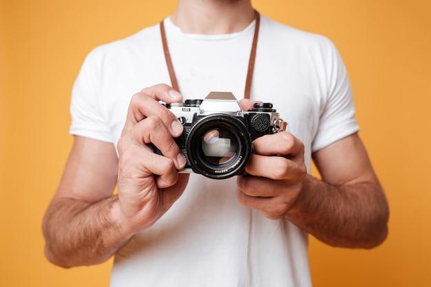 Mężczyzna trzyma aparat retro