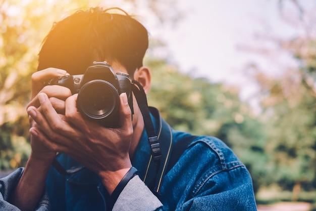 Mężczyzna trzyma aparat wziąć zdjęcie