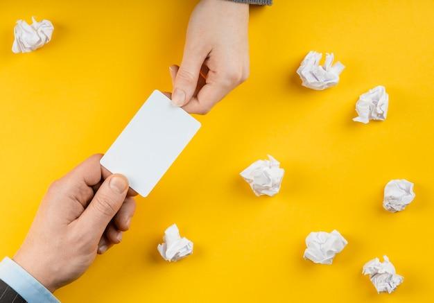 Mężczyzna trzyma białą pustą kartę