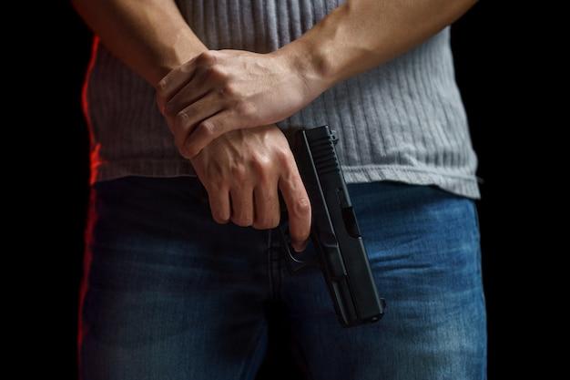 Mężczyzna trzyma broń.