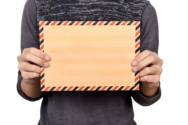 Mężczyzna trzyma brown kopertę