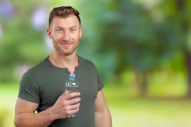 Mężczyzna trzyma butelkę wody