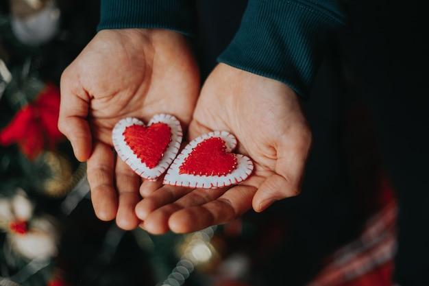 Mężczyzna trzyma czerwony czuł serca w jego ręce
