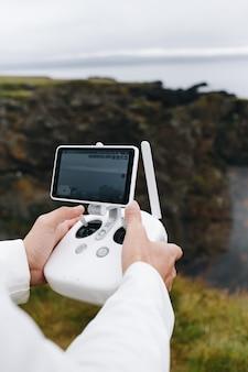 Mężczyzna trzyma drona i pilota w islandii