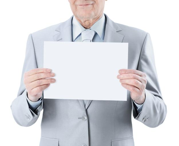 Mężczyzna trzyma duży biały plakat.