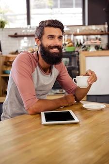 Mężczyzna trzyma filiżankę kawy