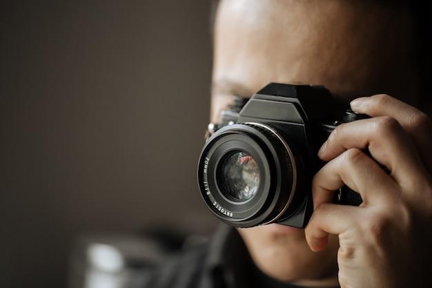 Mężczyzna trzyma film archiwalne kamery