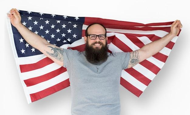 Mężczyzna trzyma flaga i pozuje dla photoshoot