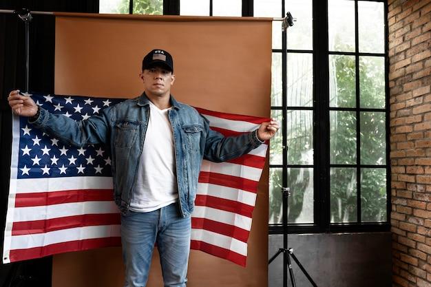 Mężczyzna trzyma flagę średni strzał