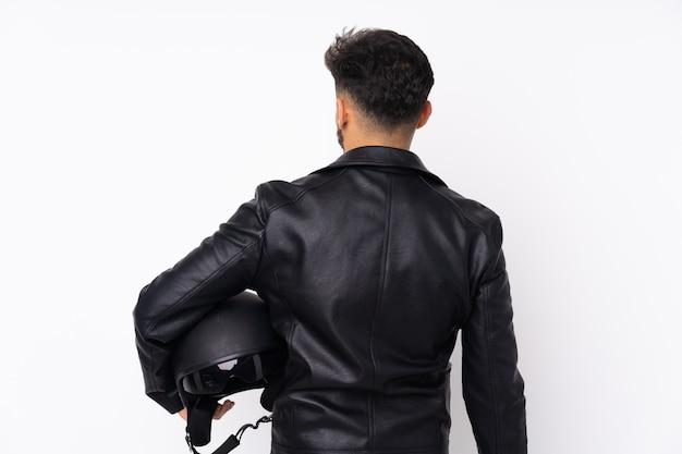 Mężczyzna trzyma hełma motocykl