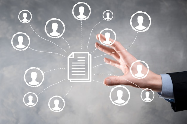 Mężczyzna trzyma ikonę dokumentu i użytkownika. korporacyjny system zarządzania danymi dms i system zarządzania dokumentami