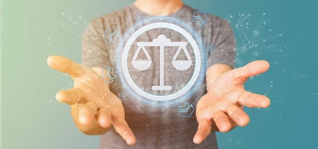 Mężczyzna trzyma ikony sprawiedliwości technologii na okręgu