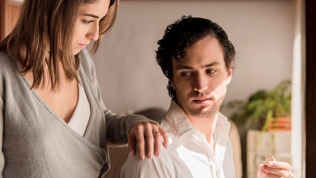Mężczyzna trzyma jego obrączkę ślubną