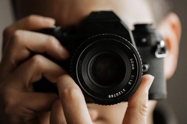 Mężczyzna trzyma kamery filmowej zamknij się