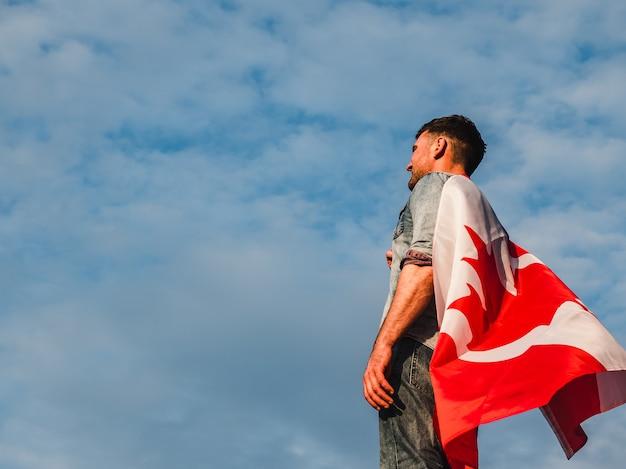Mężczyzna trzyma kanadyjską flaga. święto narodowe