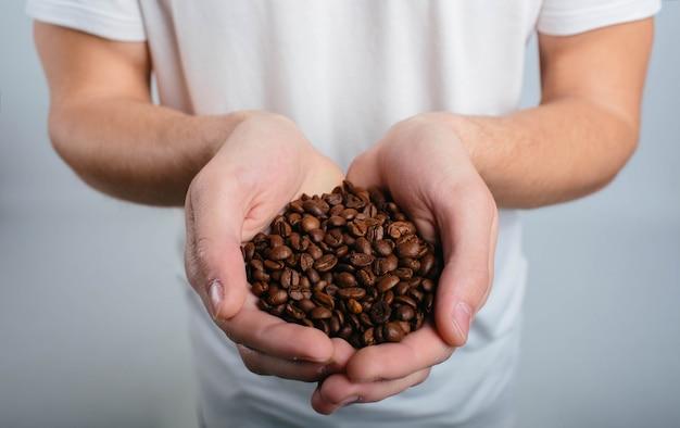Mężczyzna trzyma kawę i cieszy się aromata zakończenie up